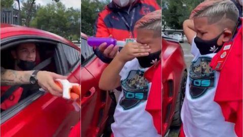 Raúl Gudiño regala sus guantes a un niño y lo hace llorar