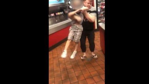 📹 VIDEO: Captan a madre arrojando al suelo a su hijo con autismo