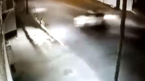 Impactante video: A punto de morir aplastado por camioneta fuera de control