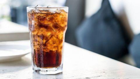 Hombre murió tras tomar MÁS de un litro de SODA en 10 minutos