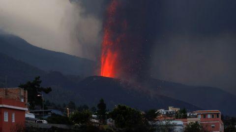 Erupción del volcán de La Palma obliga a ordenar la permanencia en casa