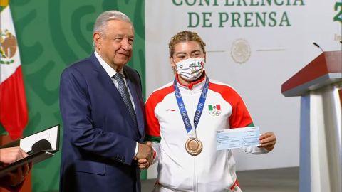 Aremi Fuentes agradecida con AMLO por cheque papel, BC aún no le cumple