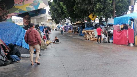 Migrantes sufren estragos de la lluvia en Tijuana