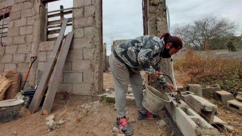 Madre aprende albañilería y construye su propia casa para su hijos