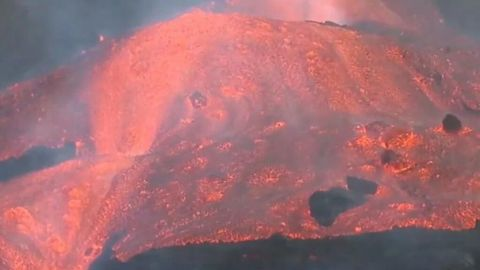 Captan ola gigante de lava que baja a gran velocidad del volcán en La Palma