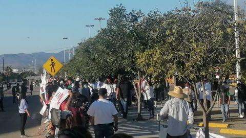Manifestantes esperan a AMLO afuera del centro de gobierno de Ensenada
