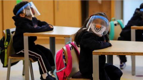 Regresan estudiantes a las aulas en B.C pese a Covid 19
