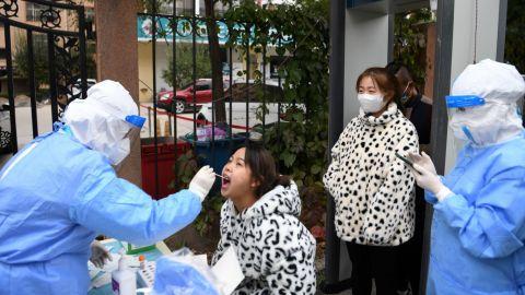 Nuevo brote de covid en China provoca cierre de escuelas y cancelación de vuelos