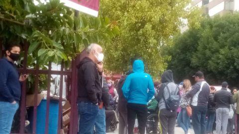 Para cruzar la frontera, hacen fila desde temprano por certificado de vacunación