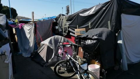Migrantes inconformes por decisión de desalojarlos del campamento del Chaparral