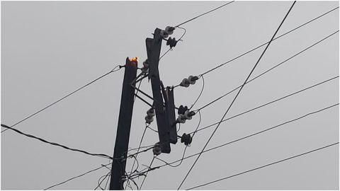 Caída de poste de luz, provocó incendio y apagón en Hipódromo