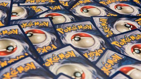 Hombre gasta ayuda económica por covid en la compra de costosa tarjeta Pokémon